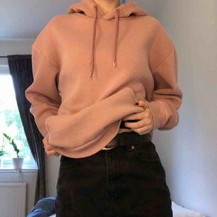 """En mysig, rosa hoodie från Stadium. Nypris: 300 kr. Se bild tre för en mer korrekt bild av färgen. Säljs pga det inte är min stil. Billigt pris eftersom den är välanvänd och lite """"nopprig"""" på vissa ställen. Betalas med Swish och köparen står för frakten☺️"""