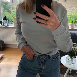 Riktigt snygg grå tröja från NA-KD! Aldrig använd, säljs för att den är för liten. Möter upp i Malmö annars betalar köparen frakten