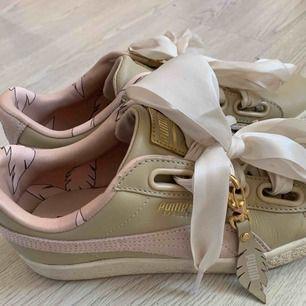 Säljer mina Puma sneakers (Puma suede Coachella ?) då de aldrig kommer till användning. De är använda ca 3 gånger så är i väldigt fint skick!!  Finns ett par till skosnören i beige att byta med 🥰