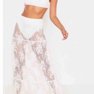 Så snygg kjol! Sitter bra på. Man kan ha vit kjol under eller vita cyckel byxor:)