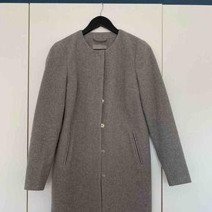 Ljusgrå kappa.  Använd fåtal gånger, därmed mycket fint skick.  Köpare står för frakt :)