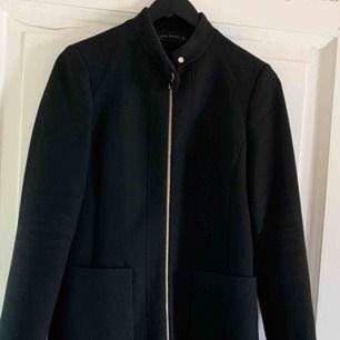 En mycket fin svart kappa från Zara. Använd ett flertal gånger, men fint skick.   Köpare står för frakten:) kan mötas upp i Göteborg.
