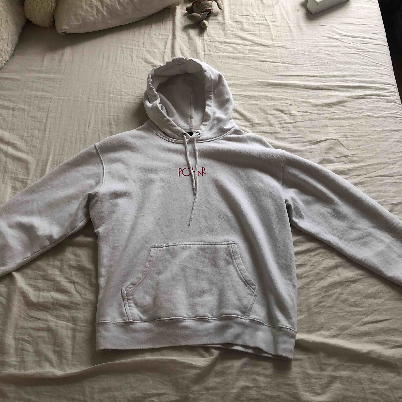 En vit polar hoodie med coolt färgglatt tryck på ryggen. Superbra kvalite och material. Pris går att diskutera :) . Huvtröjor & Träningströjor.