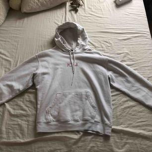 En vit polar hoodie med coolt färgglatt tryck på ryggen. Superbra kvalite och material. Pris går att diskutera :)
