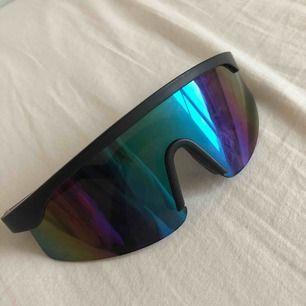 Svincoola solglasögon, köpta på second hand för 300 kr.