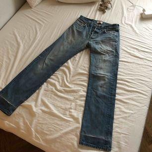 Sjukt snygga vintage Levis 501 köpta på beyond retro. Upplever inte jeansen så långa som aktuella storleken men perfekt längd om du är runt 170-175 cm. Snygg blå tvätt med slitningar. Rak modell.