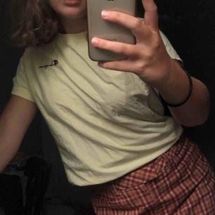 Pastellgul champion tshirt köpt på urban outfitters