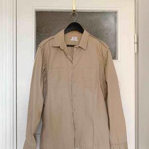 Snygg skjorta med snygga sömmar och neutrala knappar. Bra skick. Stl L  Har Swish. Kan skickas. Rökfritt & djurfritt hem.