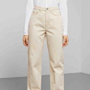Säljer dessa Weekday jeans i modellen Row Ecru! Sitter supersnyggt och de är i bra skick! Frakt tillkommer eller mötas i Malmö! 💖