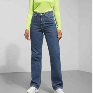 Supersnygga jeans från Weekday i modellen Row! Sitter supersnyggt på och är i fint skick! Möts i Malmö eller så tillkommer frakt! 💖