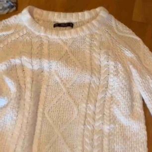 En vit stickad/mönstrad tröja:) bra skick o skön att ha på sen höst! Begagnad men jag har aldrig använt den.