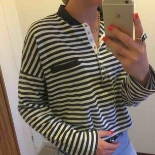 Jättecool, randig, lite oversize tröja från weekday i strl M!! Tröjan är ganska bred som jag hoppas man ser på bild tre. Köparen står för frakten😋