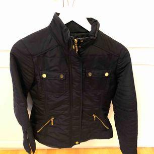 Marinblå höst/vår jacka med gulddetaljer, fint skick Köparen står för frakten, annars möts upp i Uppsala