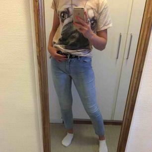 Fina, lite ljusare jeans i strl 38 från H&M!! Säljer då de är lite för korta för mig (cirka 167 cm lång), förra ägarna sydde dem lite kortare (se bild tre). Köparen står för frakten😋