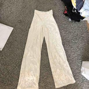 Super snygga vita byxor från bikbok! I velour:) frakt ingår ej💕💕