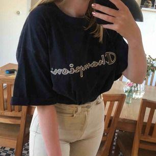 Marinblå tröja från Champion men gullig text på bröstet! Stor storlek men kan användas som en oversized tröja för mindre storlekar🥰 Möter upp i Malmö annars betalar köparen frakten.