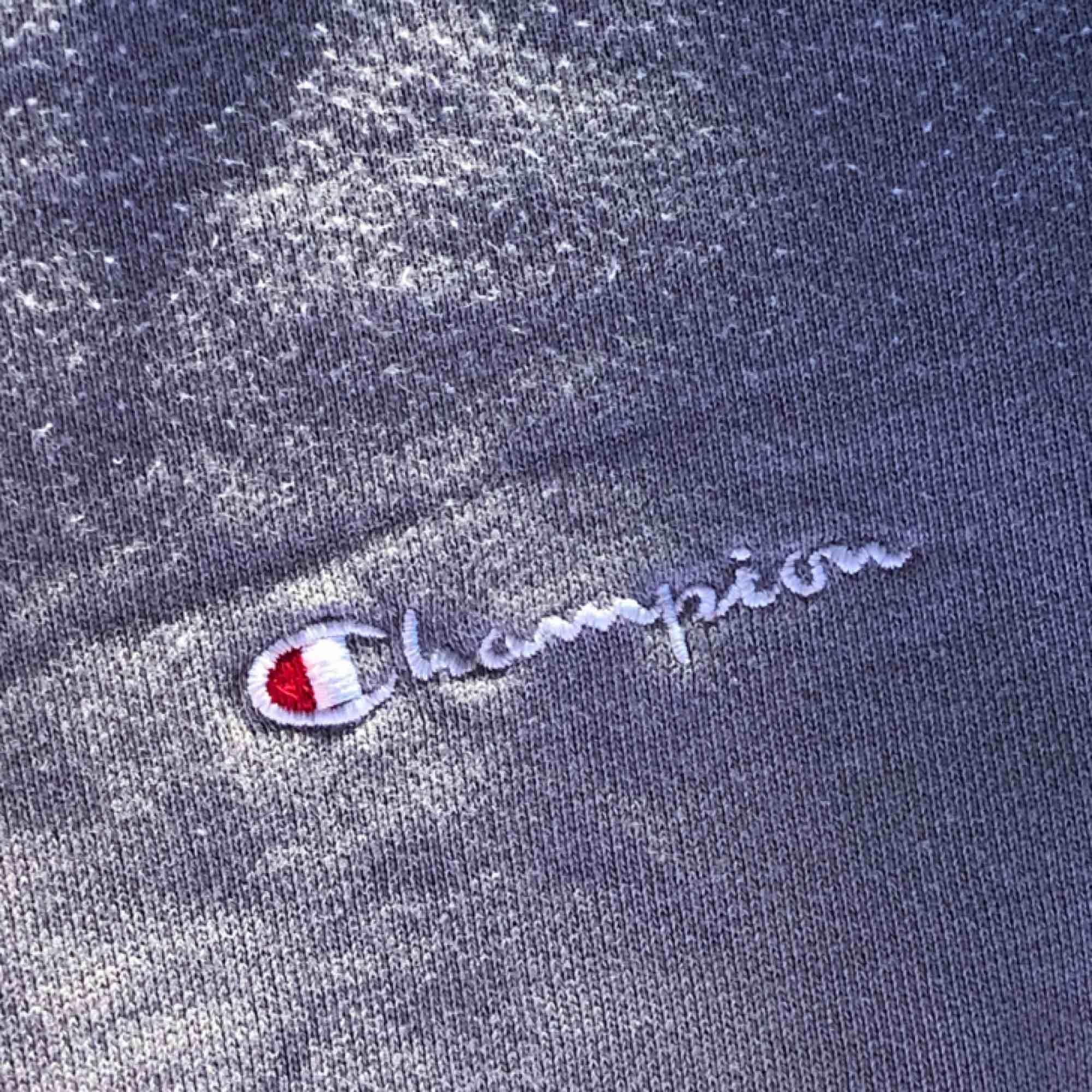 Grå, cropped tröja från champion! Loggan står på ena sidan av bröstet. Möter upp i Malmö annars betalar köparen för frakten 🥰. Tröjor & Koftor.