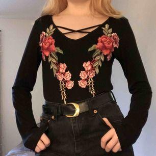 Fint broderad tröja med avbildade blommor på. Köpt på New Yorker för ett par år sedan, men är nästan aldrig använd. Därför säljs den. Tröjan är töjbar och passar antagligen XS-M. Betalas med Swish och varan är helt fraktfri.👏🤠