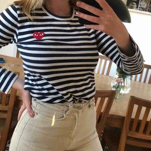 Ursnygg randig tröja från Comme des Garçons! Nypris 1 130 kr. Använd ett fåtal gånger🥳  Möter upp i Malmö annars betalar köparen för frakten.