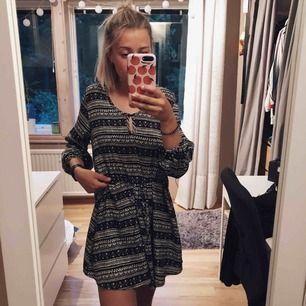 Klänning med trekvartslång ärm och snörning i midjan vilket gör det enkelt att anpassa längden! 😄 märke oklart  Kan hämtas i Västervik, skickas annars☀️😇FRI FRAKT
