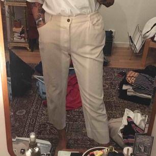 Vita Manchester byxor köpa secondhand! Avklippa att passa mig som är 165cm. Står storlek 40 men passar mig som är 36:a med ett skärp! Köparen står för frakten på ca 60kr