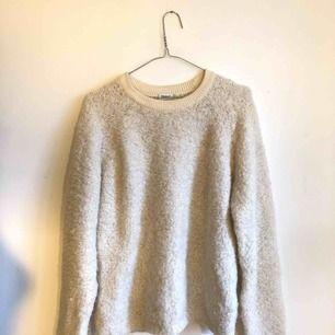En superfin stickad tröja i alpacka. Väldigt varm och mysig under vintern. Använd ca 3ggr, som ny!  Storlek S, men passar även en M. Nypris 1499 kr.