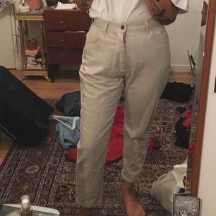 Retro LEE jeans i beige. Passar mig som har storlek 26 i jeans annars! Köparen står för frakten på ca 60kr
