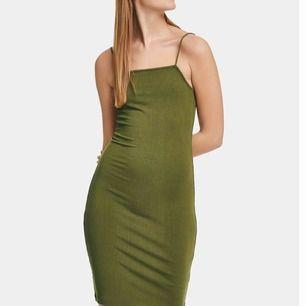 Jättefin millitärgrön klänning från bikbok, helt oanvänd med lappen kvar. Strl XS men väldigt stretchig så passar en S också!🥰 frakt ingår i priset!