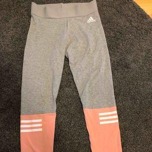 Adidas tights storlek S, sitter superfint på, nyskick Frakt står köparen för, annars möts upp i Uppsala