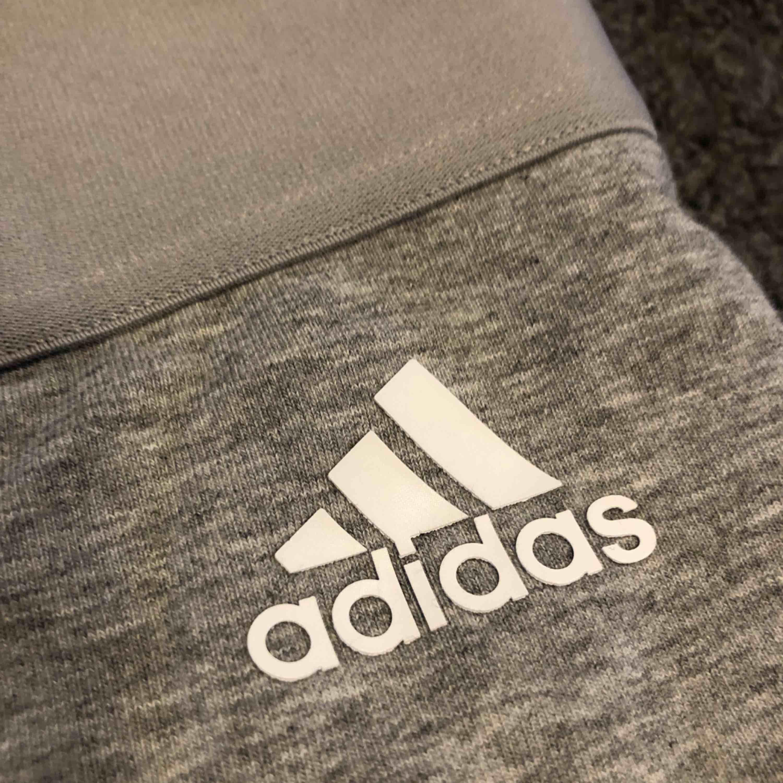 Adidas tights storlek S, sitter superfint på, nyskick Frakt står köparen för, annars möts upp i Uppsala. Jeans & Byxor.