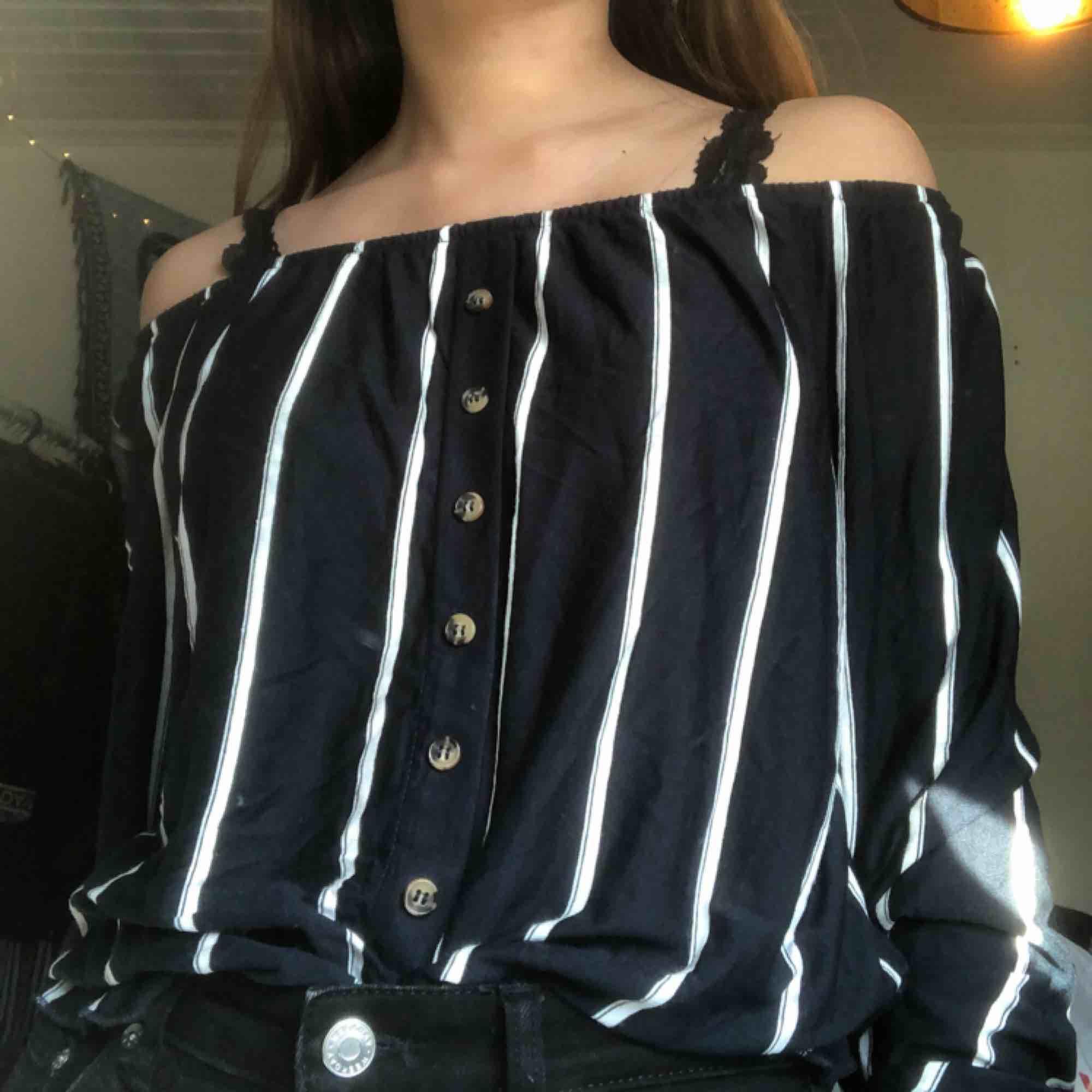 köpt på H&M helt vanlig off shoulder den är mörkblå med vita ränder frakten ingår💌. Toppar.