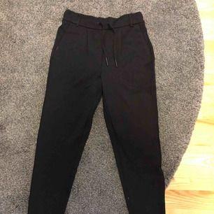 Svarta kostymbyxor från Only, använda en gång, stretchiga, nyskick  Köparen står för frakten, annars möts upp i Uppsala