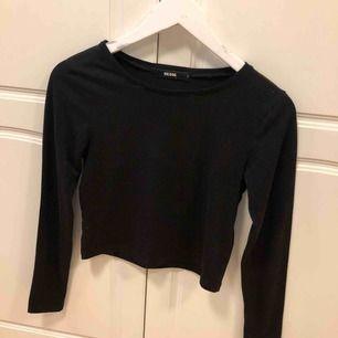 Svart långärmad tröja från Bikbok, croppad Frakten står köparen för, annars möts upp i Uppsala