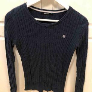 Marinblå kabelstickad tröja från Gina tricot, storlek S Frakten står köparen för, annars möts upp i Uppsala