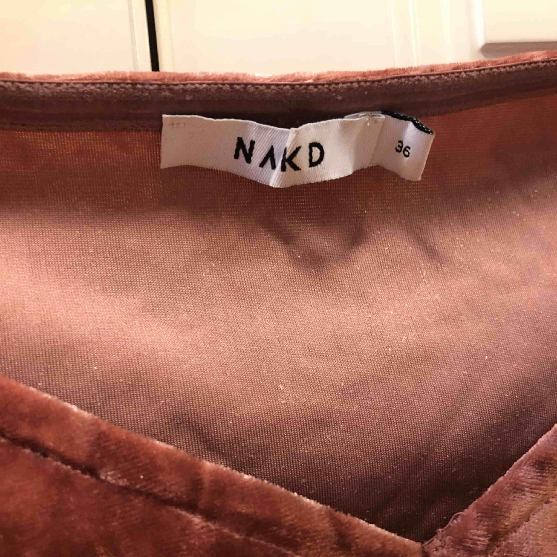 Smutsrosa off shoulder topp i crushed valvet, från NA-KD storlek 36, använd en gång. Frakten står köparen för, annars möts upp i Uppsala . Toppar.