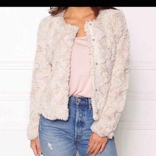 Rosa/beige pälsjacka från Vero Moda stl S. Knappt använd och är i väldigt fint skick! Kommer tyvärr inte till användning längre. 250:- med frakt