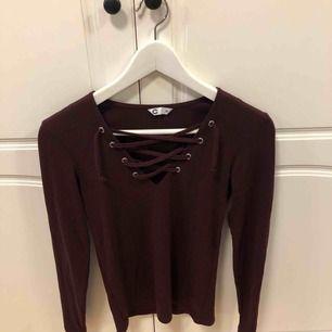 Vinröd långärmad tröja från Cubus, knytning vid bröstet, säljer pga för liten, använd 2 gånger, nyskick. Frakten står köparen för, annars möts upp i Uppsala