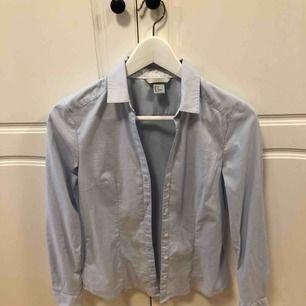 Ljusblå skjorta från hm, slim fit, storlek 36, fint skick då den bara är använd ett fåtal gånger. Frakt står köparen för, annars möts i Uppsala