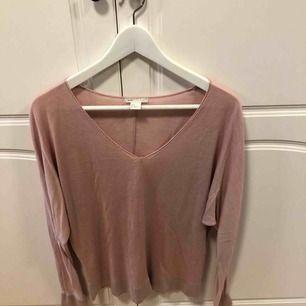 Ljusrosa tröja från hm, lite oversized. Fint skick. Frakt står köpare för, annars möts i Uppsala