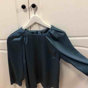 Jättefin blus från Gina Tricot, något kortare i modellen, använd endast en gång, nyskick. Köparen står för frakten, annars möts upp i Uppsala.