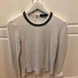 Vit finstickad tröja från zara, med pärlbroderad krage, storlek L men sitter som XS/S. Använd vid ett fåtal tillfälle, fint skick. Frakt står köparen för, annars möts upp i Uppsala.