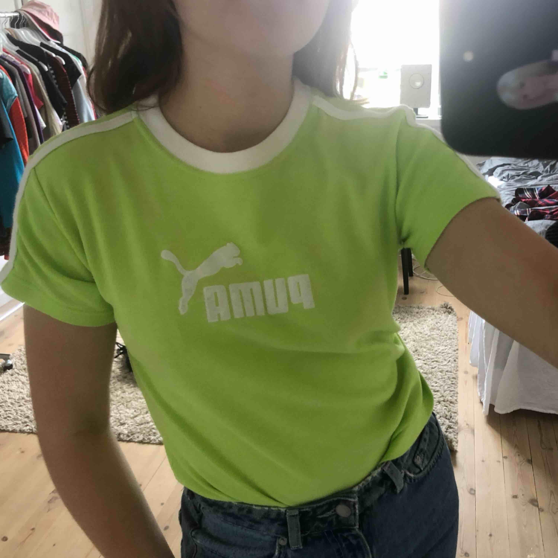 Säljer min vintage ascoola puma T-shirt i limegrön/ neongrön färg. Storlek XL men jag har S/M och den passar mig bra (kan vara juniorstorlek XL-eller så är den bara liten) i perfekt skick- aldrig använd. Pris ej diskuterbart..frakt ingår💗 . T-shirts.