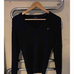 En mörk blå stickad Gant tröja i Storlek S. Skicket är som ny.  Nypris:1299kr Säljer den för: 800kr