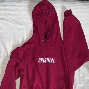 Fin röd original hoodie. Säljer pga har en likadan i grön. Ta bara Swish och du står för frakten.