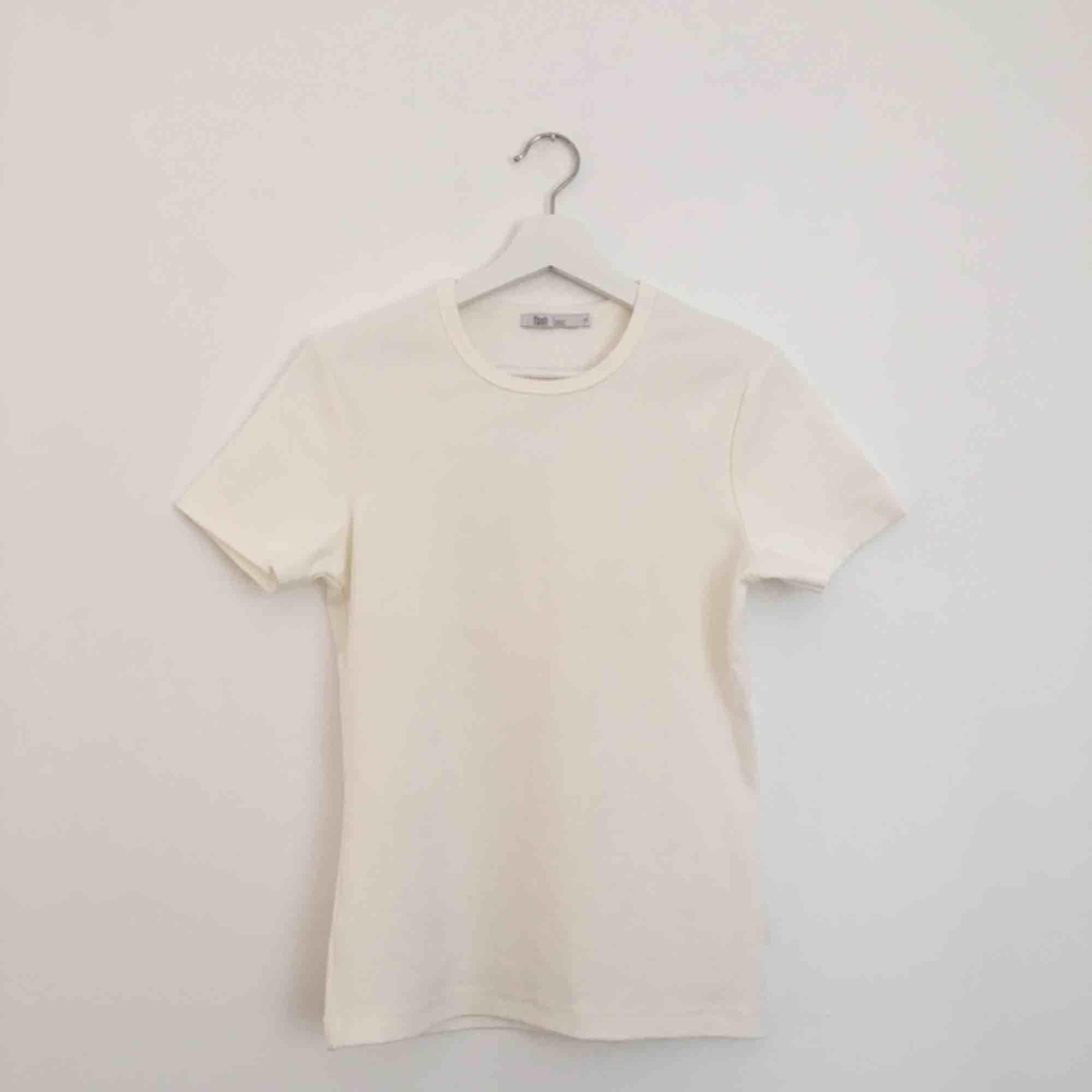 En gräddvit somrig t-shirt med hög halsringning 🌿🍋 Frakt tillkommer eller så kan jag mötas upp i stockholm☀️. T-shirts.
