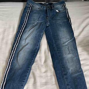 Superfina jeans från Denim och superfin med detalj på sidan. Ta swish och du står för frakten😊