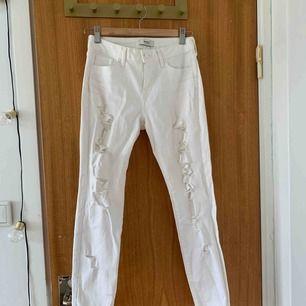 Snygga skinny jeans från forever21. Vita med slitningar längs benen. Liten missfärgning som ni ser på bild 3. Storlek 34 midwaist, köparen står för frakt☺️☺️