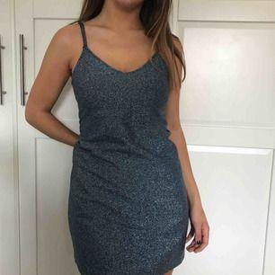 Blå glitterklänning från Zara Trafaluc. Har sytt upp banden men det går att sprätta upp om man vill✨