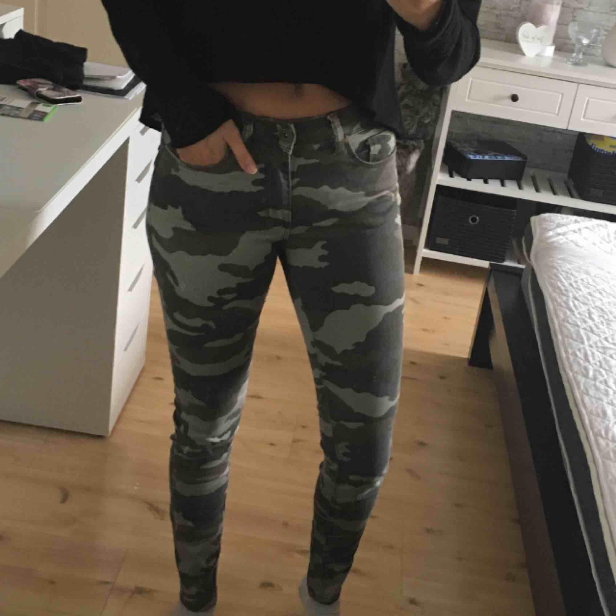 Tighta militärbyxor Aldrig använda, lappen sitter kvar Strl 34 Vid intresse och frågor är de bara att skriva. Priset kan diskuteras🥰. Jeans & Byxor.