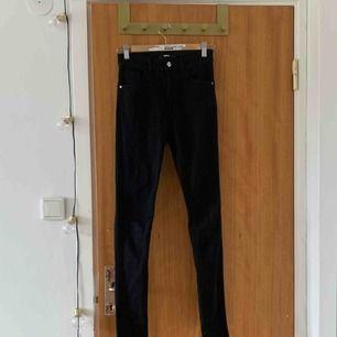 Svarta skinny jeans från H&M. Storlek S, highwaisted. Säljer pga använder aldrig. Inte använda mycket!! Frakt tillkommer☺️☺️